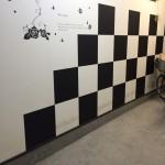 新発売!簡単に貼れるシール壁紙  白黒の市松模様でオシャレな空間に変身