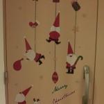 クリスマス柄のウォールステッカーが、好評です。簡単に貼れるシールだから、子どもと一緒に楽しくデコレーションできますよ。