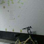 壁紙やステッカーで駐輪場をおしゃれにDIY!汚れ・傷防止にも♪