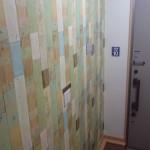 貼ってはがせる壁紙を使い玄関の壁をDIY
