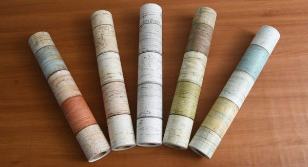 本物のようなリアルな質感のレンガ柄や木目柄などの壁紙が簡単に自分でDIYできる「プレミアムウォールデコシート」