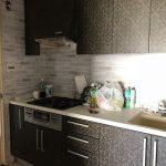 キッチン収納扉をリメイク実例写真♪ダマスク柄のはがせるシール壁紙